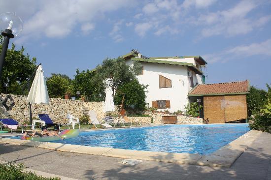 Villa Belfronte: Piscine et villa