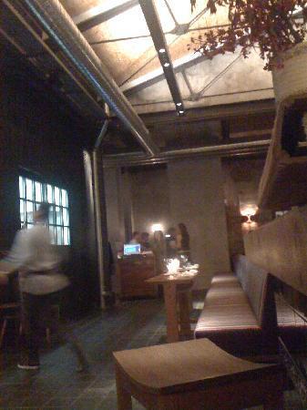 Bullerei : Blick von der BAr zum Eingangsbereich und der Küche (links)