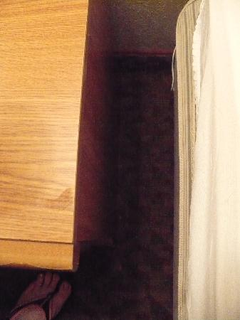 Cherrywood Lodge - Econo Lodge Inn & Suites: Dirt all around bed side table