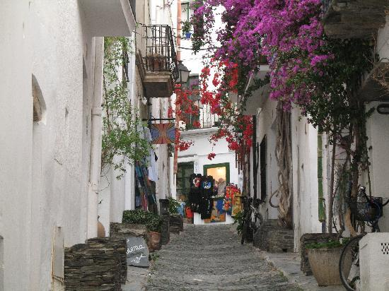 Cadaques, Espagne : Flower covered streets