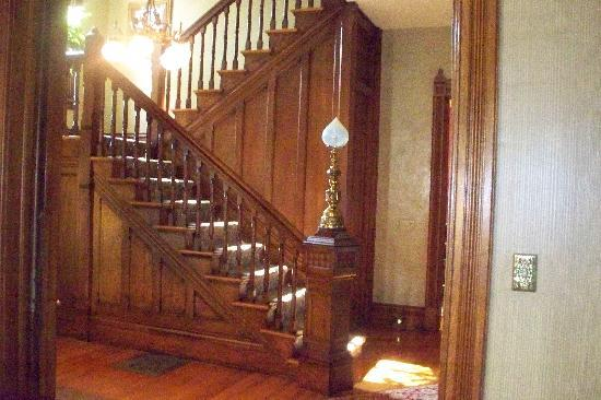 Historic Webster House: Beautiful staircase in entry