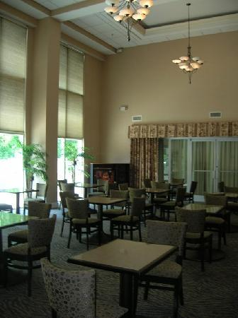 Hampton Inn and Suites Charlotte - Arrowood Rd. : beautiful lobby/breakfast area