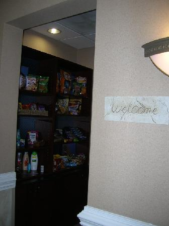 Hampton Inn and Suites Charlotte - Arrowood Rd. : snack shop