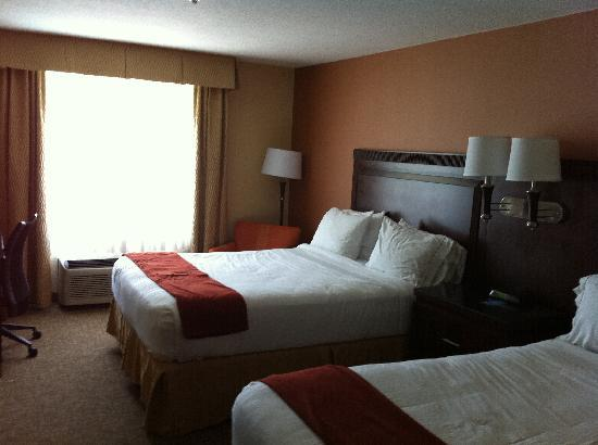 Holiday Inn Express San Diego-Sorrento Valley: Room with two beds.