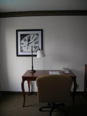 Hampton Inn Columbia Northeast-Fort Jackson Area : workstation w/comfy ergonomic chair