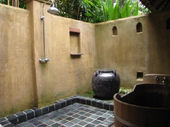 Suanthip Vana Resort : Our shower and tub