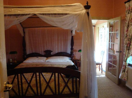 Lurline House: Our room, complete with ensuite and sitting room
