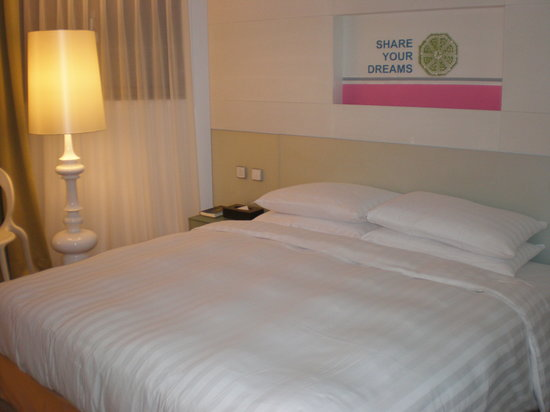 Mai Hotel Zhongshan: the comfy bed where i had some sweet dreams