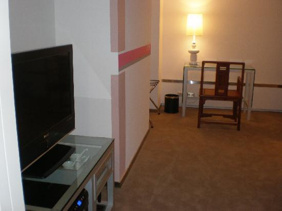 Mai Hotel Zhongshan: tv, & desk