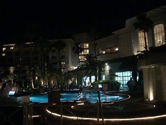 The Shilla Jeju: 夜の中庭