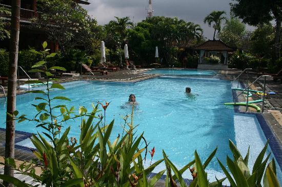 Bumi Ayu Bungalows: Beautiful crystal blue pool