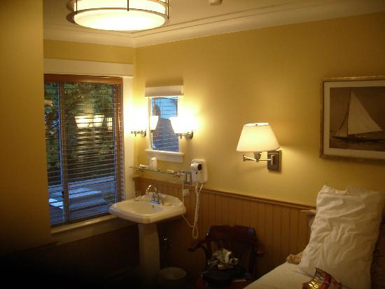 Salt Spring Inn: room interior