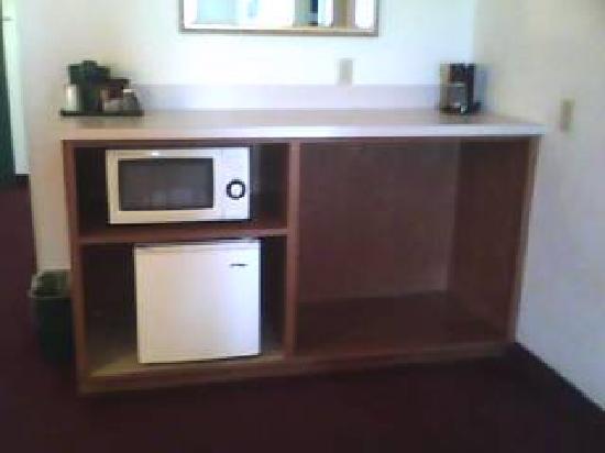 Lancaster Inn & Suites: Microwave & fridge