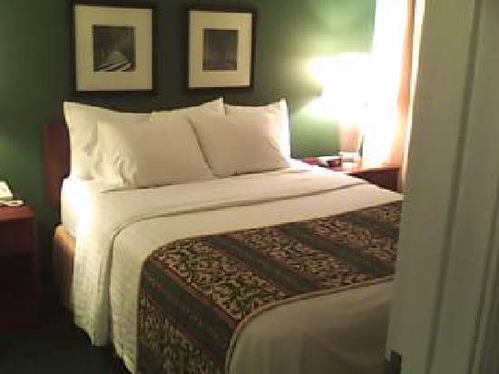 Lancaster Inn & Suites: Closet