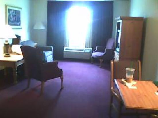Lancaster Inn & Suites: Living Room