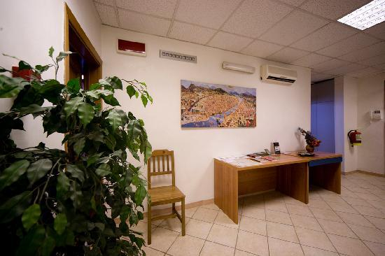 Cicerone Guest House: entrance