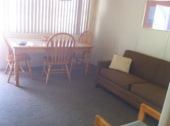 Colton Court Motor Inn: Front room with pull out sofa