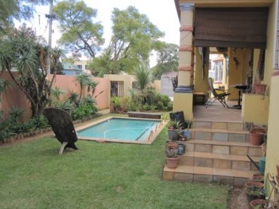 Sleepy Gecko Guesthouse : Nice porch area facing the entrance