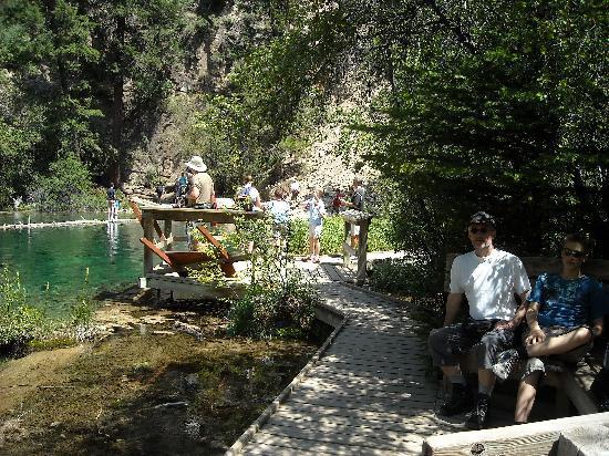 Hanging Lake Trail: Plankenweg mit schattigen Sitzbänken und toller Aussicht!