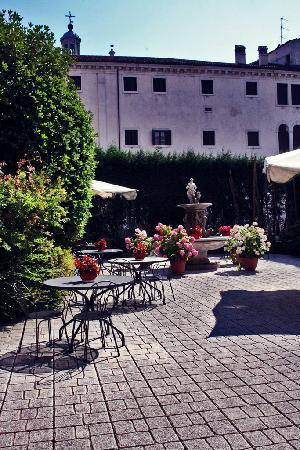 Hotel Belle Arti: courtyard