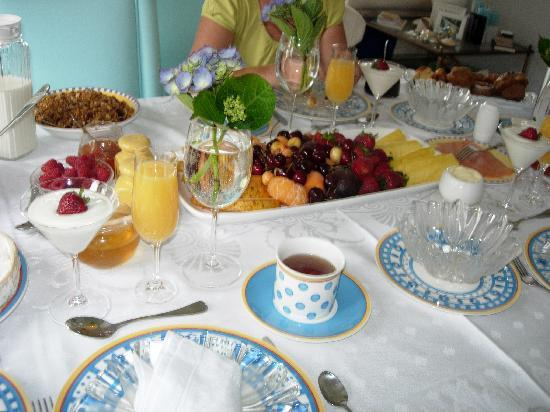 By the Bay Bed and Breakfast: Le petit-déjeuner