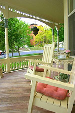 Aurora Staples Inn: The porch offers a comfortable place to enjoy the world.