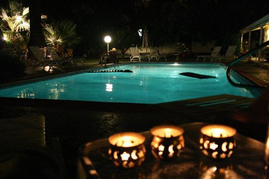 Colt's Lodge: Pool at Night