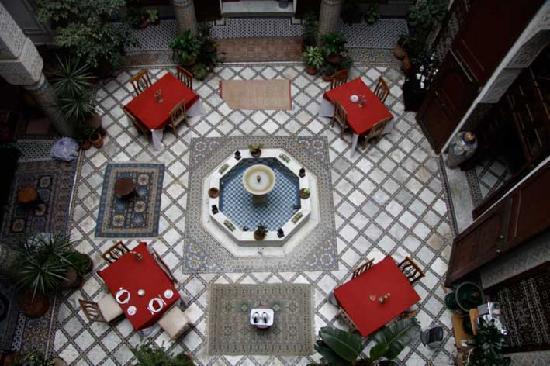 Riad Sara, Blick von der oberen Etage nach unten in den Innenhof, in welchem auch Frühstück serv