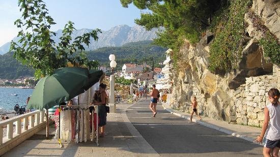 Podgora, Κροατία: Strandprommenaden fra hotellet