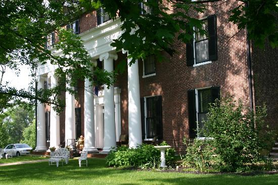 Beaumont Inn: the photographic front facade