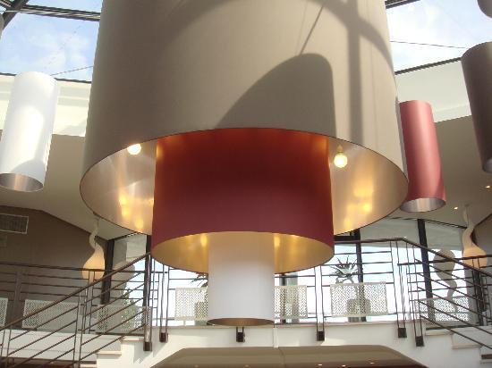 Novotel La Grande Motte Golf: le lustre dans le hall d'entrée j'adore!