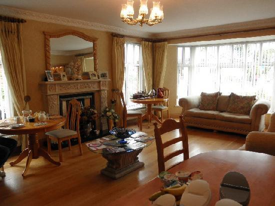 Mourne Drive B&B : Light and airy dining area with plenty of choices in nibbles and reading