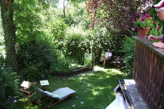 Gastehaus Flemming: Yard with fish pond