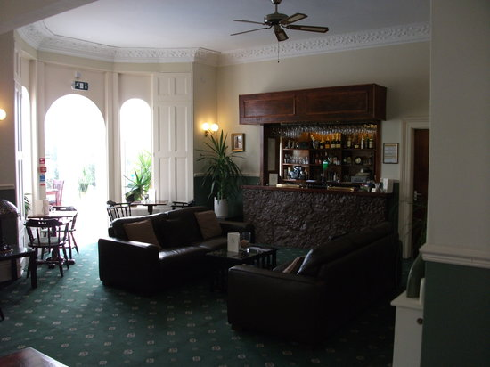 Riviera Lodge Hotel Torquay: bar area leading to conservatory and pool