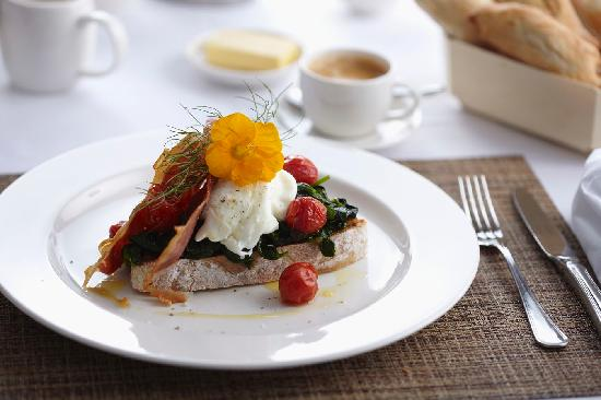 Kings Walden Garden Manor: Brushetta with cherry tomato confit, baby spinach, poached eggs and crispy Parmaham