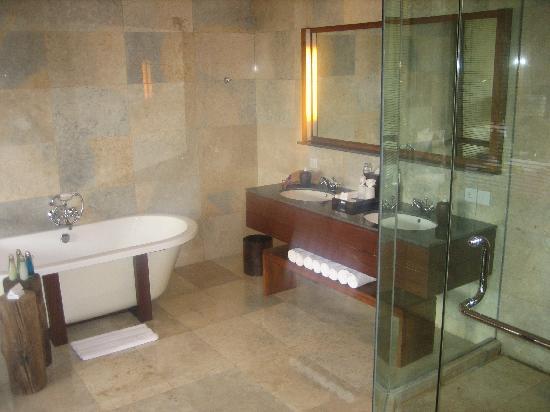 Komaneka at Bisma: luxurious bathroom, so much space