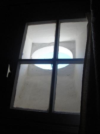 """Royal Hotel : """"Fenêtre""""... Ou plutôt meurtière!"""