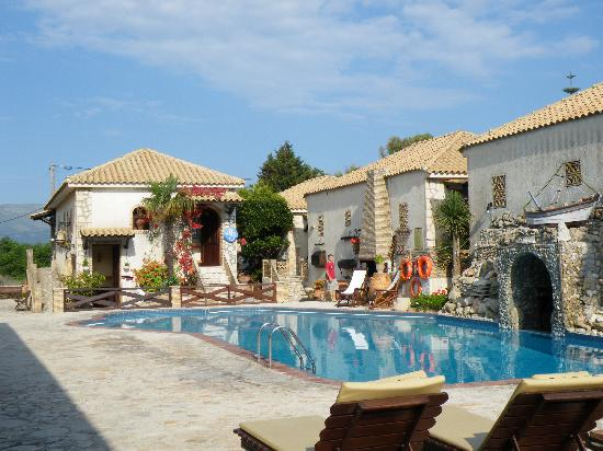Garden Village Apartments: Plenty of sunbeds
