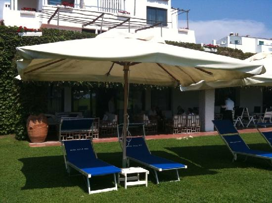 Hotel Della Baia: La veranda e il prato