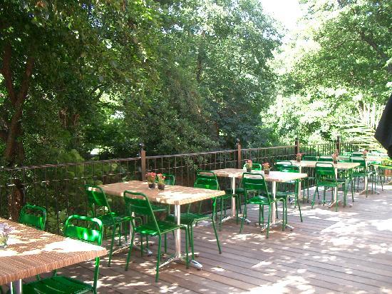 Hotel Notre Dame : petit déjeuner en terrasse en bord de rivière