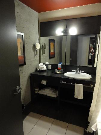 Grand Times Hotel - Quebec City Airport: Nice trendy bathroom, no water pressure