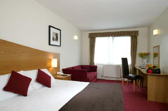 Kensington Court Hotel: Double room with sofa