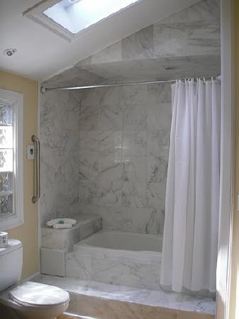 Martha's Vineyard Surfside Hotel: bathroom