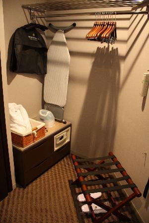 The Strings by InterContinental Tokyo: Garderobe mit Minitresor