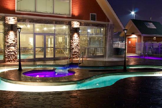 Clarion Inn Dollywood Area: Lazy River at night