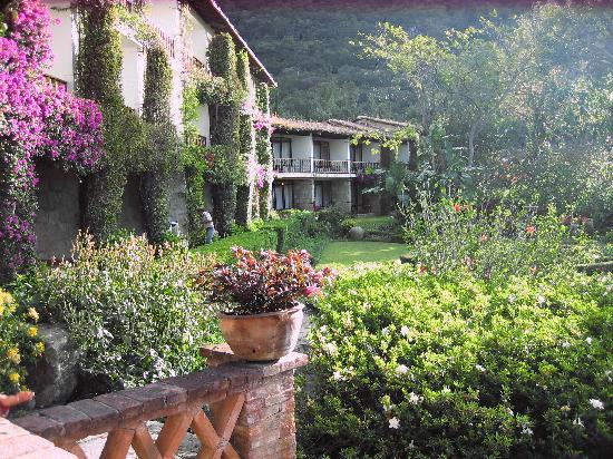 Hotel San Buenaventura de Atitlan: hotel rooms overlooking the garden