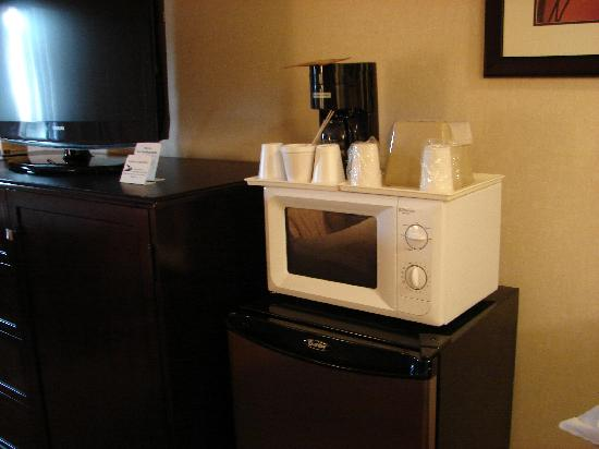 Vagabond Inn Executive Pasadena: microwave, refrigerator and flatscreen TV