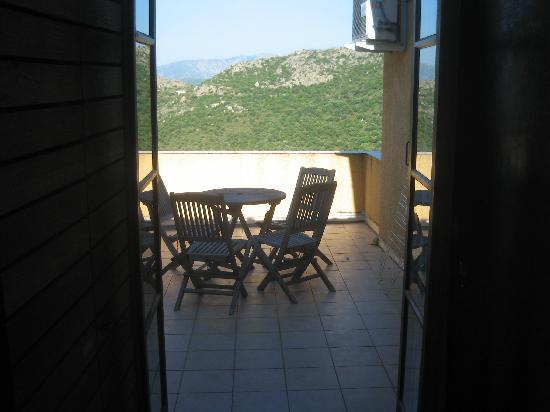 Hotel Restaurant A Pasturella : Grande terrasse avec mobilier.