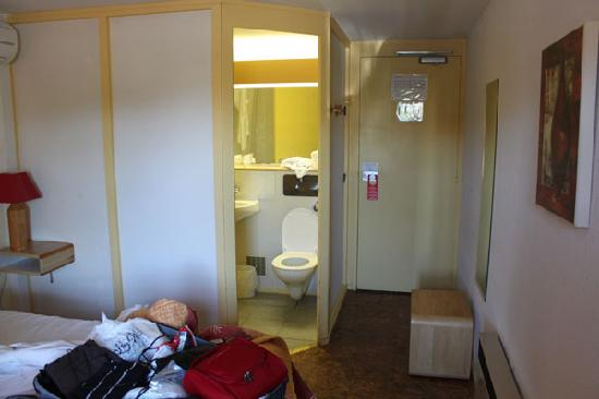 Brit Hotel Plaisance: you can just see the dirty bathroom