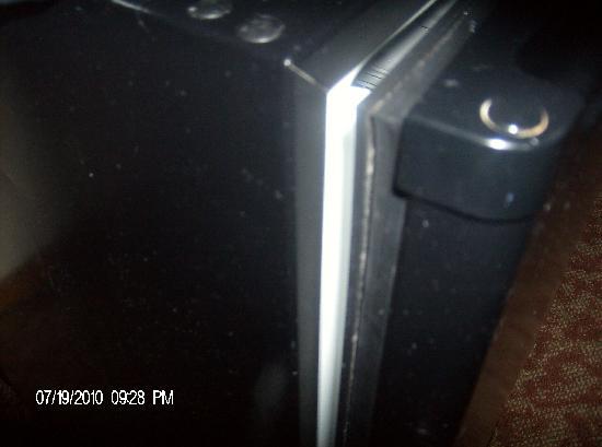 Rodeway Inn & Suites Hershey: broken frig